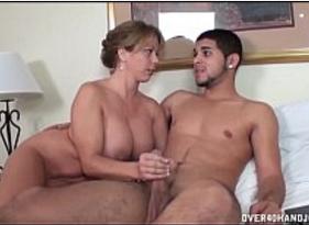 Mamãe Peituda Gostosa batendo uma pro Filho Punheteiro