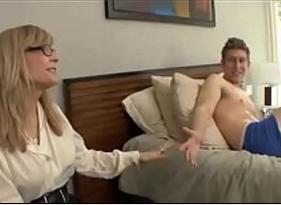 Tia Loira Madura Pegou o Sobrinho se masturbando e resolveu matar sua vontade