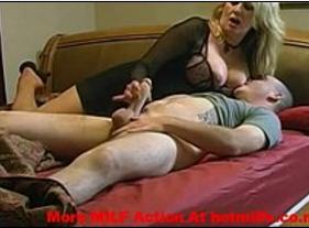 Mamãe Gostosa e rabuda arrumando a cama para fazer sexo Proibido com o Filho