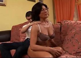 Sogra morena muito safada foi deixar o Genro te fazer massagem e acabou terminando em sexo caseiro