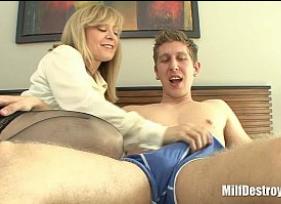 Brazzers com Tia Safada provando com a sua experiência para o sobrinho que fazer sexo é bom