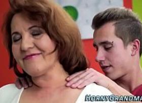 Consolando a vovó com massagem e sexo proibido que esse senhora desejava com ele