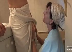 Filmes Adultos com mamãe safada atacando o Filho que estava de toalha em um lugar privado