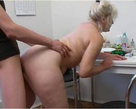 Bunduda Gostosa dessa velha sendo fodida pelo filho que estava sendo incomodado por ela