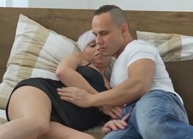 Fortão comendo a madrasta coroa safada que andava sonhando com um sexo gostoso com ele