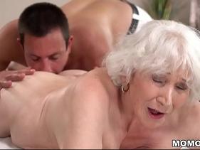 Velha de 80 anos matando a vontade de fazer amor com um marmanjo que tem o costume de satisfazer senhoras carentes que nem ela