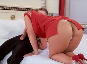 Tiazona Chupando a benga grande do sobrinho nesse porno de primeira qualidade