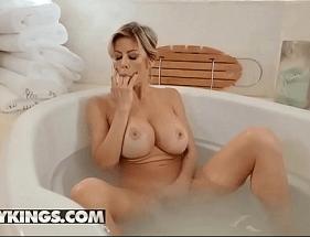 Loira na banheira chamando o Enteado para um sexo no molhado