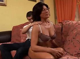 Fez Massagem na Coroa Gostosa da Sogra e Ganhou Sexo de Presente