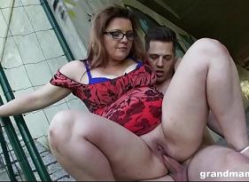 Coroa Gordinha faz sexo anal com o cara desconhecido ao ar livre