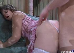 Xvideos Coroa Gostosa faz sexo selvagem com o seu genro