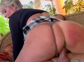 Idosa gostosa presenteando o vizinho todo curioso com sexo delicioso