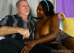 Negona casada curtindo a mandioca grande do seu querido sogro