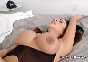 Vídeos de sexo com mamãe abrindo as pernas para o amigo do filho