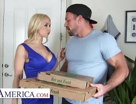 Entregador de pizza se deu muito bem com uma milf gostosa e fogosa