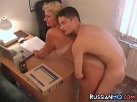 Sexo no escritório com secretária coroa pegando o seu colega de trabalho