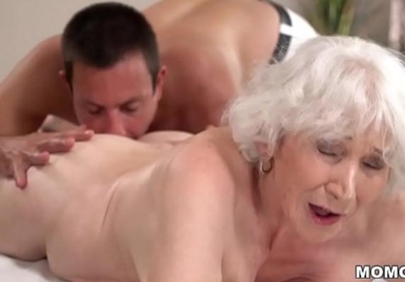 Velhas safadas com uma aposentada pedindo mandioca ao massagista