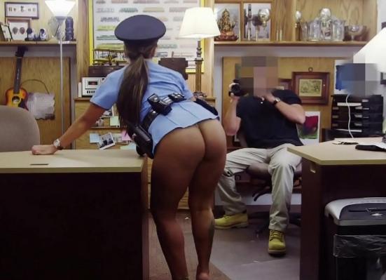 Policial rabuda gostosa caiu na conversa de um vendedor dotado