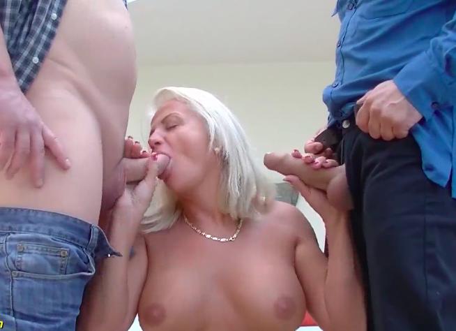 Double penetration com uma safada que seduziu seus colegas de trabalho