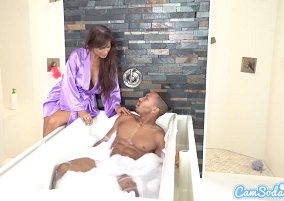 Coroa excitada atraiu o sobrinho para ficar pelado na sua banheira