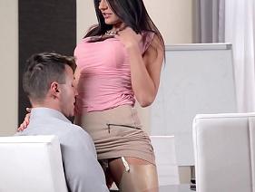 Porno secretária gostosa partindo pra cima do seu querido chefe